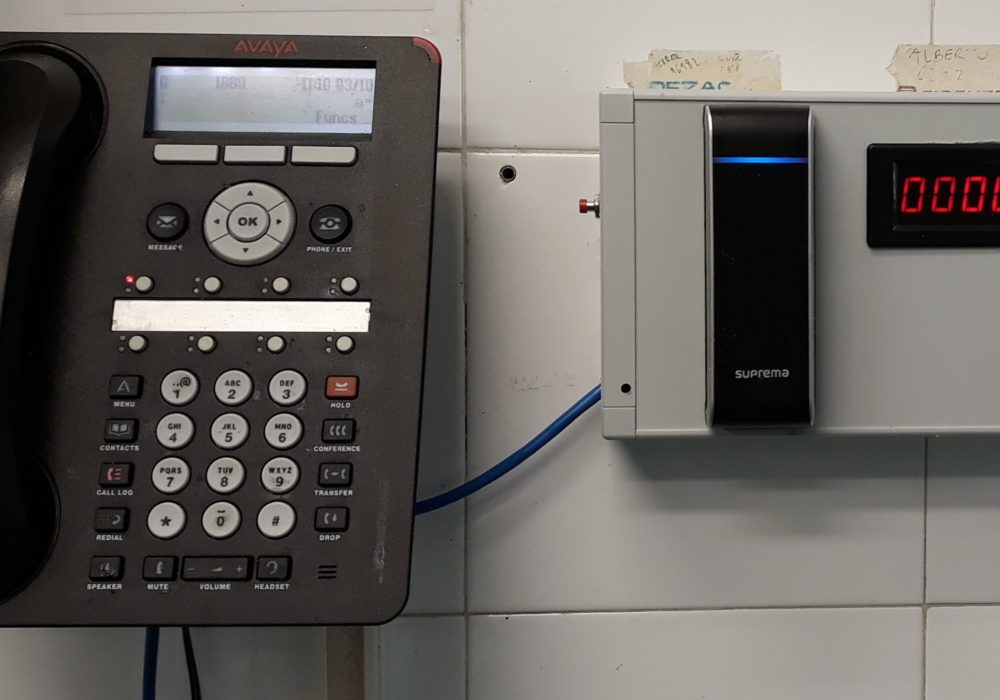 Control de personal con lector RFID y sistema BioStar 2 en comedor para empresas